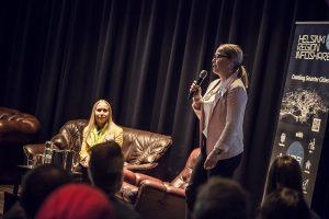 Tanja Lahti (oik.) ja Henni Ahvenlampi estradilla. Kuva: Mediaporras Oy