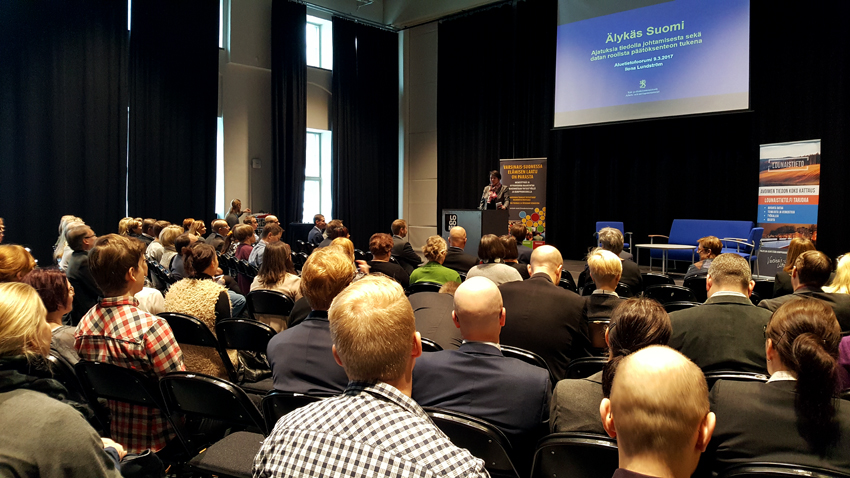 Ilona Lundström piti esitelmänsä täydelle yleisölle.