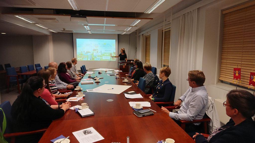 Järjestöryhmän elokuun kokouksessa tutustuttiin tiekarttatyöskentelyyn Valonian toimialajohtaja Riikka Leskisen johdolla.